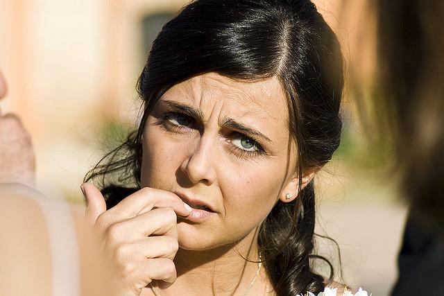 Na obrázku je žena, ktorá uvažuje nad tým ako si odstrániť gélové nechty